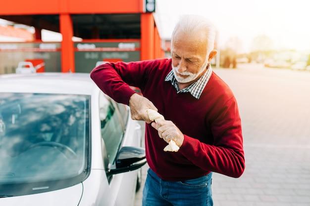 Último homem limpando o carro com pano, conceito de detalhamento (ou manutenção) do carro.