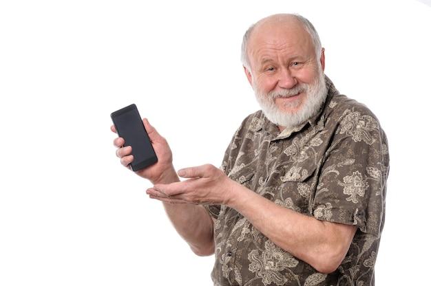 Último homem mostrando algo na tela do smartphone isolada no branco