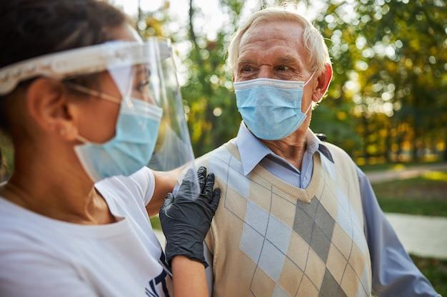 Último homem olhando nos olhos de uma mulher com máscara de remédio