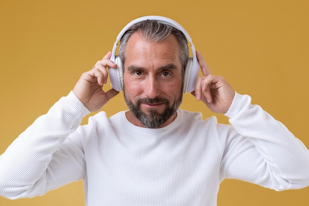 Último homem ouvindo música com fones de ouvido