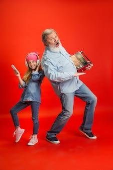 Último homem, passando um tempo feliz com a neta em néon.