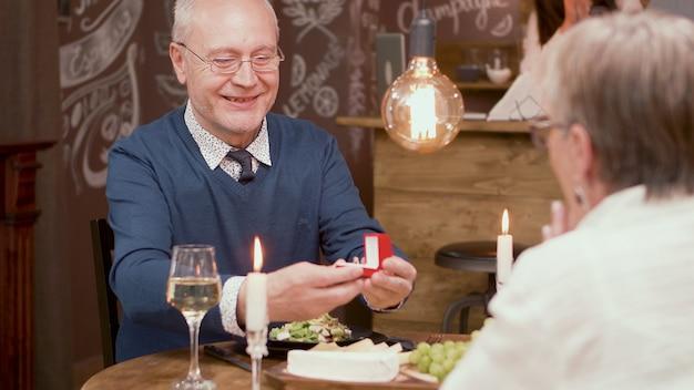 Último homem pedindo para sua esposa casar com ele novamente depois de todos esses anos de casamento. casal idoso. casal na casa dos sessenta.