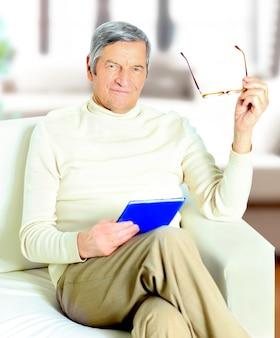 Último homem relaxando em casa com um livro