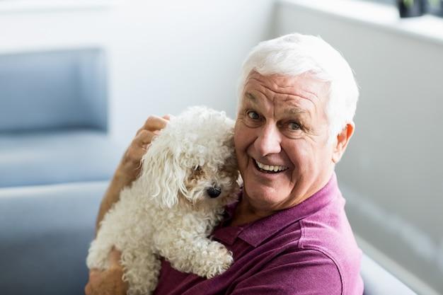 Último homem segurando um cachorro