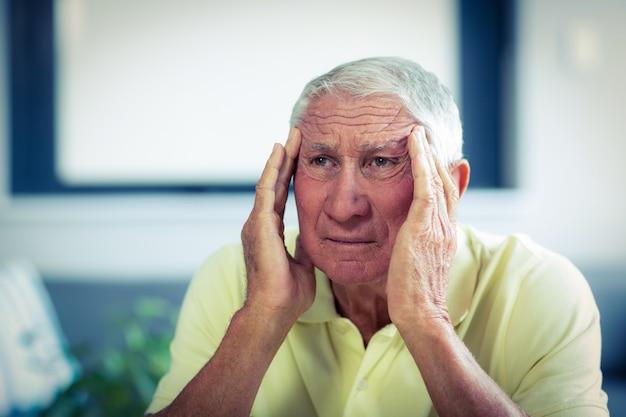 Último homem sofrendo de dor de cabeça