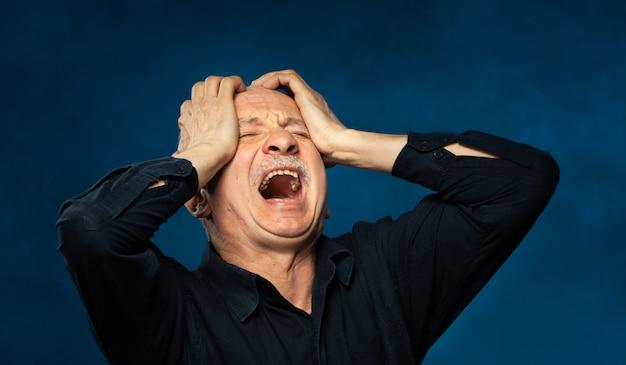 Último homem sofrendo de dor de cabeça.