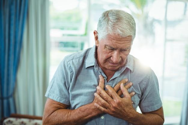 Último homem sofrendo de dor no peito