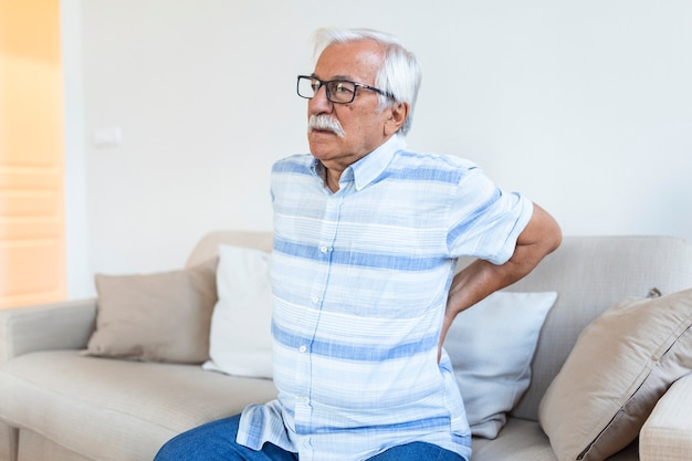 Último homem sofrendo de dores nas costas. homem idoso com hérnia de disco