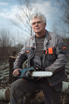 Último homem trabalhando com uma serra elétrica.