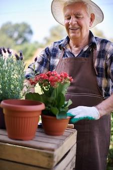 Último homem trabalhando no campo com flores