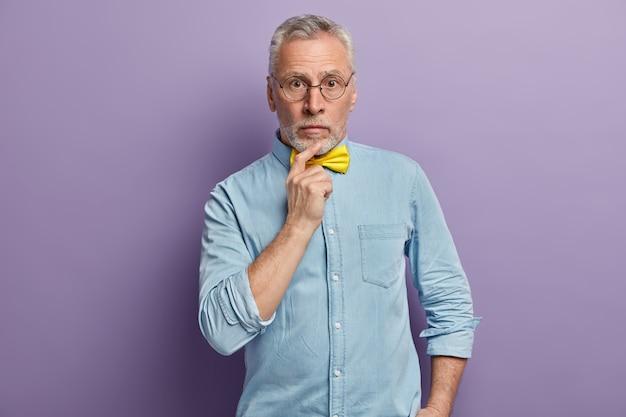 Último homem vestindo camisa azul e gravata borboleta amarela