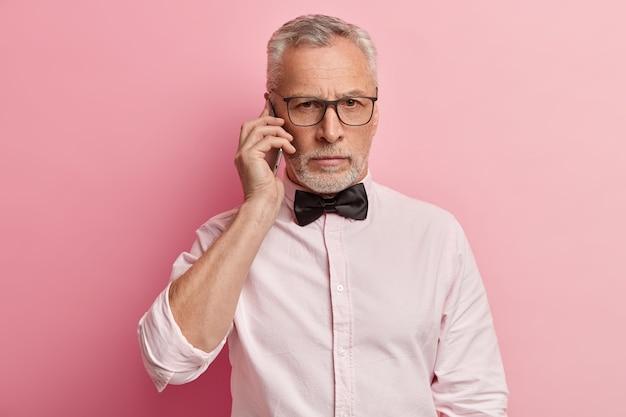 Último homem vestindo camisa branca e gravata borboleta preta