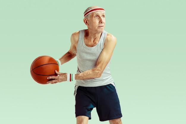 Último homem vestindo roupas esportivas jogando basquete no gramado