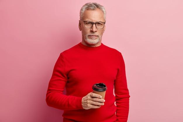 Último homem vestindo suéter vermelho e óculos da moda