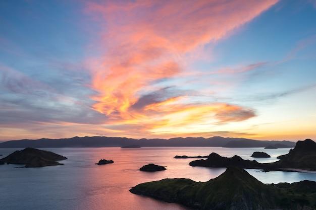 Último raio de luz solar do topo da ilha de padar ao pôr do sol, parque nacional de komodo