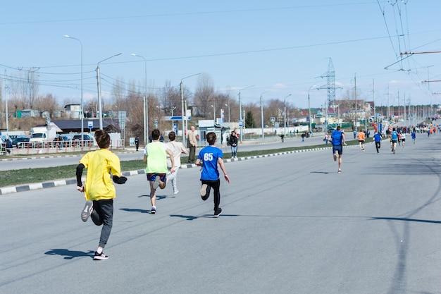 Ulyanovsk, rússia - 20 de abril de 2019: maratona anual de primavera da cidade. dia ensolarado. estilo de vida saudável. revezamento da cidade.