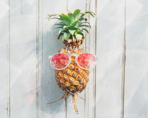 Um abacaxi com óculos de sol