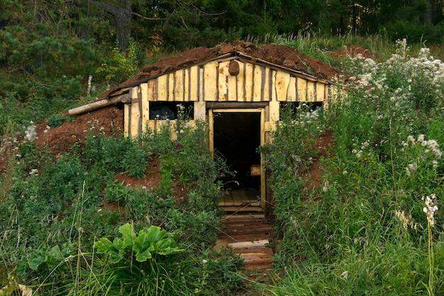 Um abrigo inacabado ou abrigo de burdei na encosta