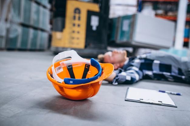 Um acidente em um armazém, homem no chão