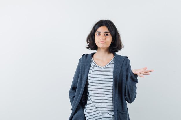 Um adolescente expressivo posa no estúdio