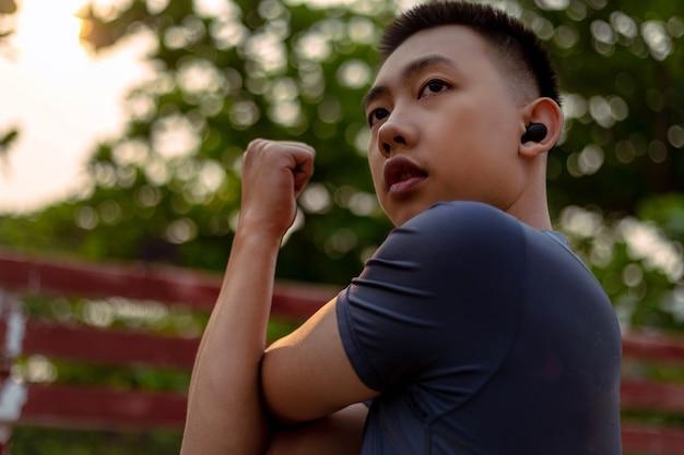 Um adolescente fazendo movimentos de aquecimento para aumentar sua temperatura corporal