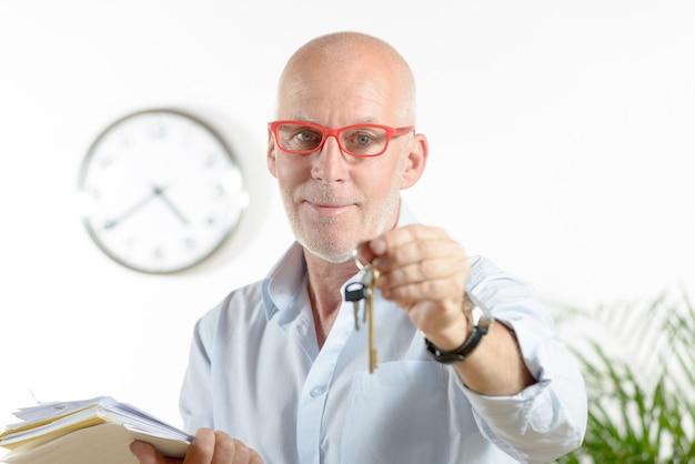 Um agente imobiliário dá as chaves da casa