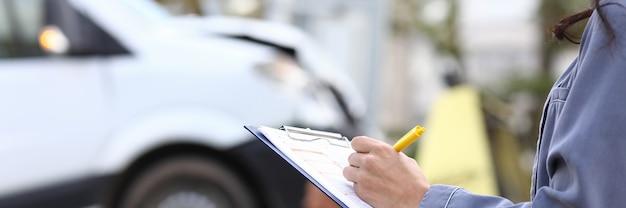 Um agente preenche papelada após acidente de carro