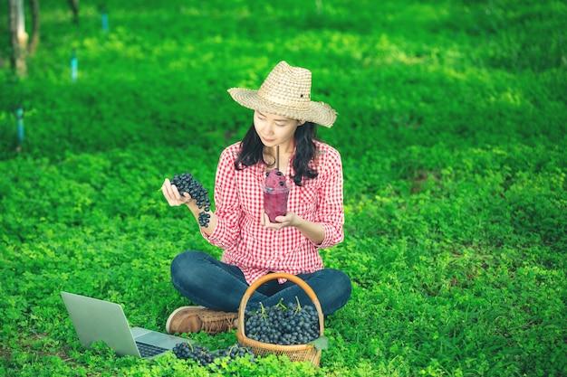 Um agricultor de uva desfrutar suco de uva espremido na hora