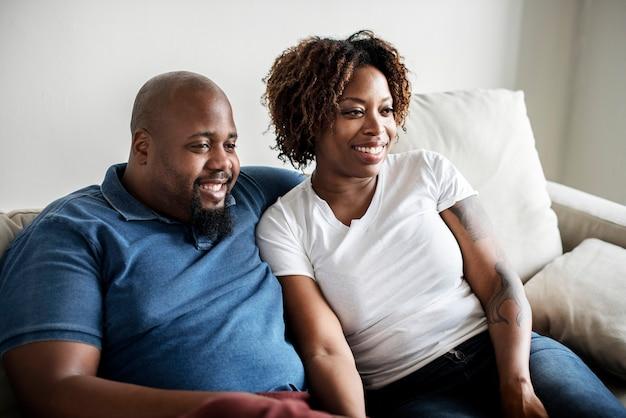 Um alegre casal negro