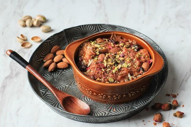 Um ali ou om ali, o que significa a mãe de ali. é uma sobremesa oriental tradicional feita de pão, leite e algumas nozes.