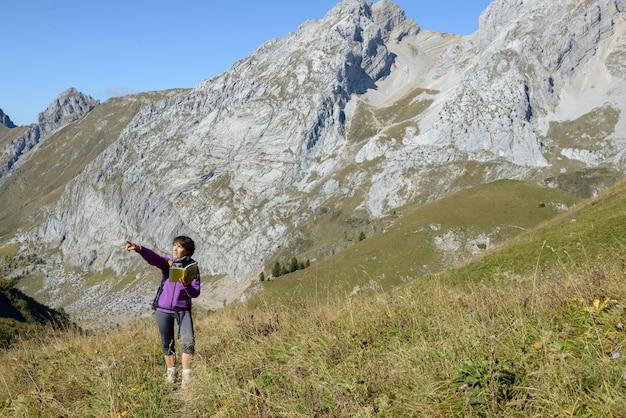 Um alpinista de mulher em uma trilha nos alpes franceses