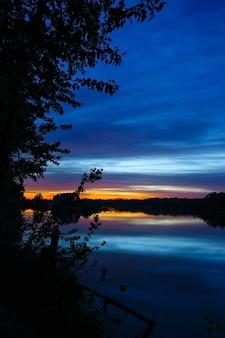 Um amanhecer brilhante no céu noturno