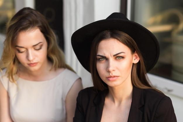 Um amigo acalma um amigo angustiado por causa de um revés recente