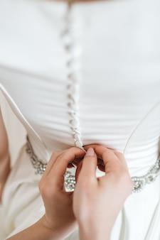 Um amigo coloca a noiva no dia do casamento