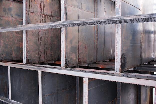 Um amontoado de metal enferrujado