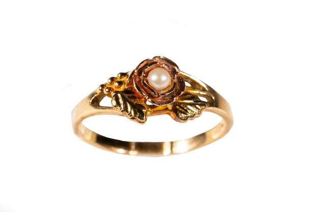 Um anel de ouro com uma pérola. joias femininas feitas de ouro amarelo com miçangas