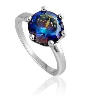 Um anel de prata na moda, estiloso com uma pedra azul no fundo branco