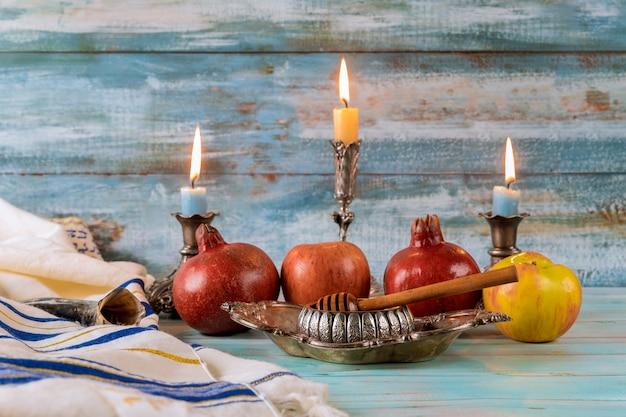 Um ano novo judaico com mel para o feriado de maçã e romã das orações judaicas de rosh ha shana