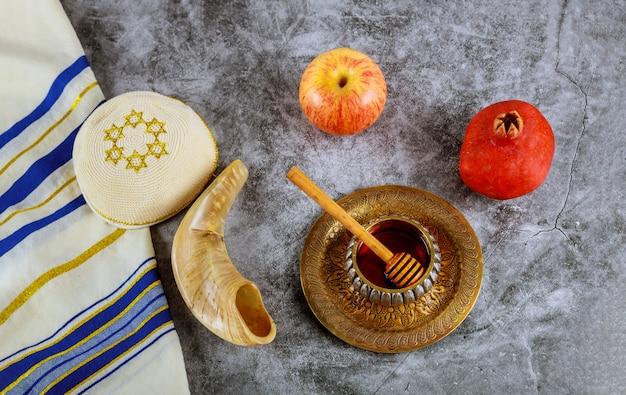 Um ano novo judaico com mel para o feriado de maçã e romã de rosh ha shana