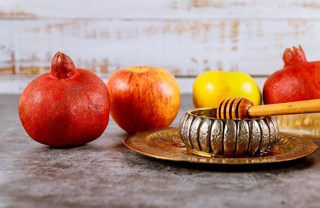 Um ano novo judaico com mel para o feriado de maçã e romã de yom kipur e rosh hashaná
