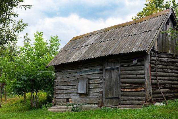 Um antigo balneário de madeira, uma casa em um gramado verde.