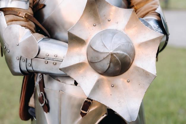 Um antigo escudo da armadura do antigo cavaleiro. um conceito medieval. textura metálica.