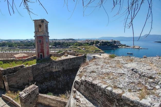 Um antigo forte com uma torre de observação na qual está pendurado um enorme relógio antigo.