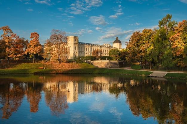 Um antigo palácio e um parque na cidade de gatchina. outono dourado da manhã da paisagem.