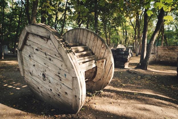 Um antigo prédio circular de madeira na base para um jogo de paintball