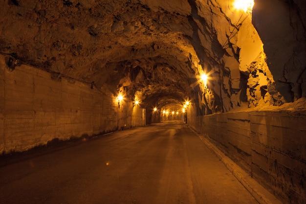 Um antigo túnel para carros na madeira