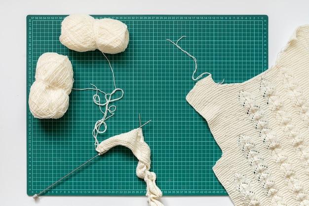 Um apartamento de tricô fornece equipamentos, roupas de lã feitas à mão