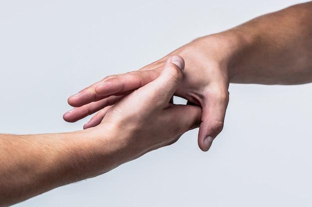 Um aperto de mão amigável. duas mãos, apertando as mãos. duas mãos, ajudando o braço