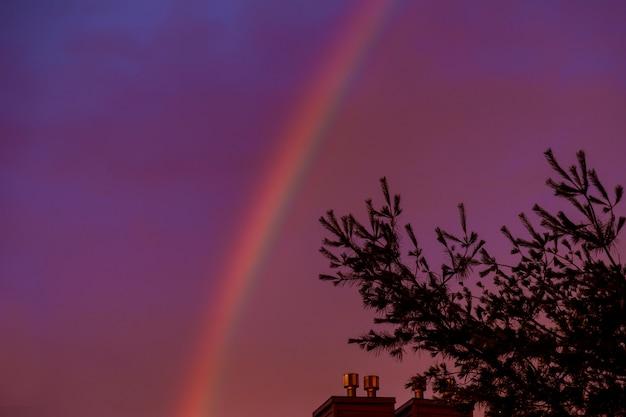 Um arco-íris brilhante no céu