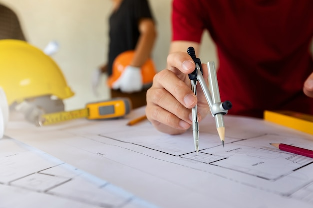 Um arquiteto ou engenheiro usa um indicador divisor no blueprint
